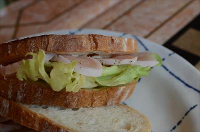 [画像がありません]スモークチキンのサンドイッチ