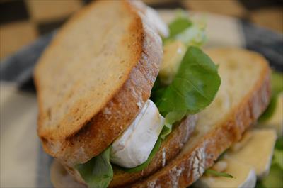[画像がありません]カマンベールチーズとルッコラのサンドイッチ
