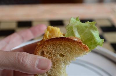 [画像がありません]スクランブルエッグのサンドイッチ